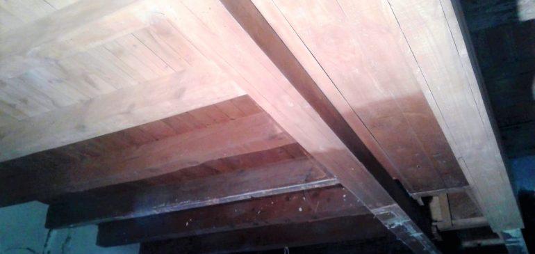 Amb les noves tècniques de raig de sorra a pressió hem netejat bigues de fusta a Andorra