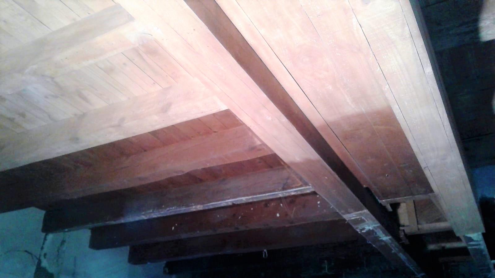 Amb les noves tècniques de raig de sorra a pressió, els nostres professionals podent netejar tota mena de material, en aquest cas Bigues de fusta a Andorra. És possible netejar tota classe de superfícies, metalls oxidats, bigues de fusta…